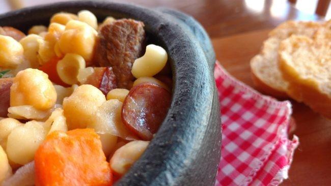 sopa de grão de bico com bacon, carnes e linguiça