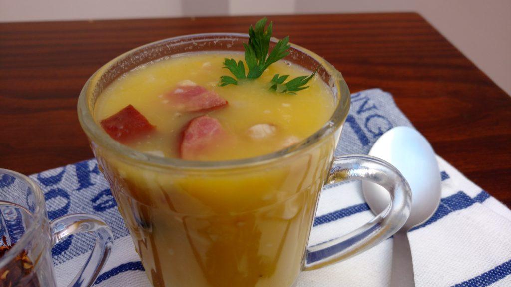 sopa de mandioca com mandioquinha, calabresa e bacon