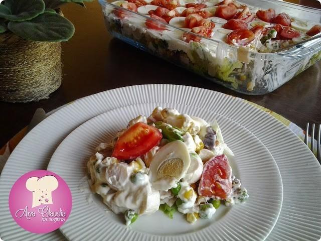 salada com ingredientes montada em camadas