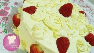 bolo recheado e coberto de creme de leite ninho e morangos