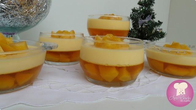 mousse com gelatina de pêssego em calda