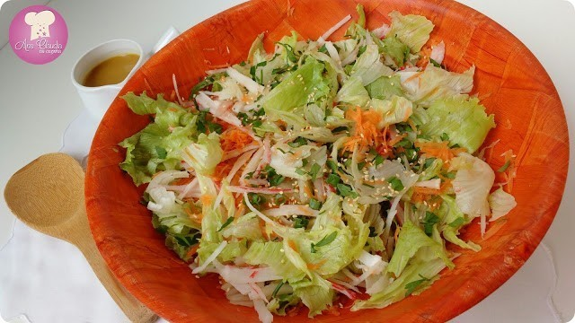 salada de kani kama, cenoura, alface molho com mostarda dijon