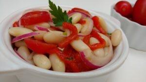 salada com pimentão assado e feijão branco