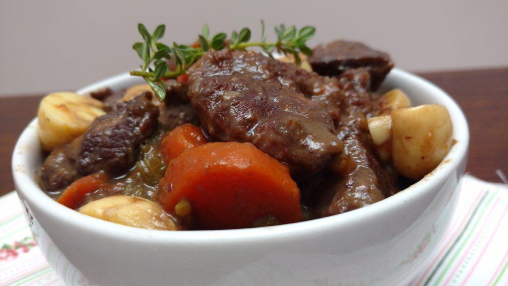 carne cozida com vinho, ensopado de músculo com vinho tinho e cenouras