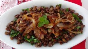 salada fresca de lentilha com cebola frita