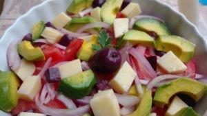 salada colorida de avocado, tomate, queijo