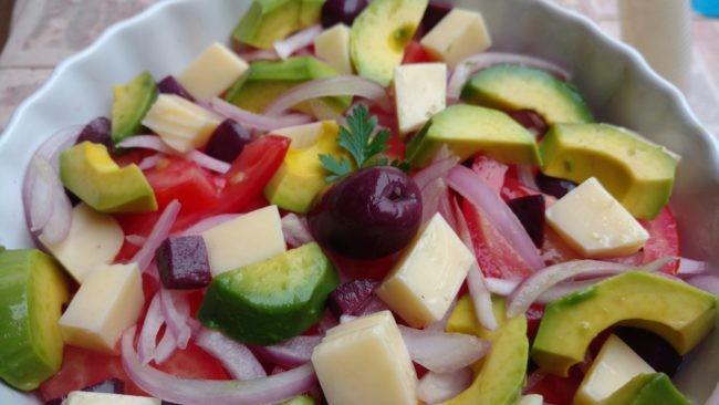 salada mista de avocado