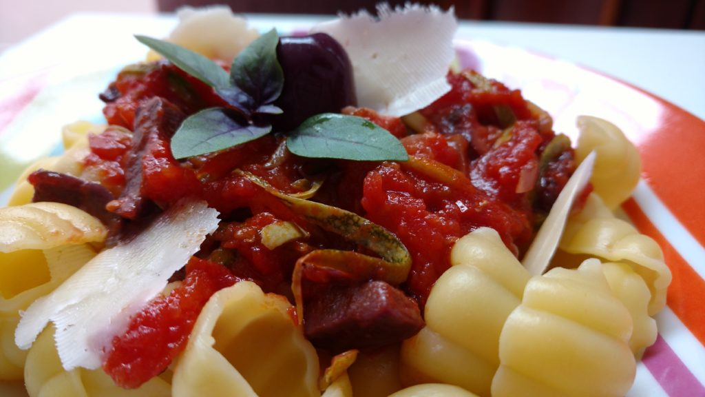 molho de macarrão com tomate, azeitona e abobrinha