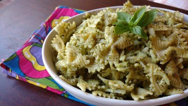 salada de macarrão ao pesto de manjericão
